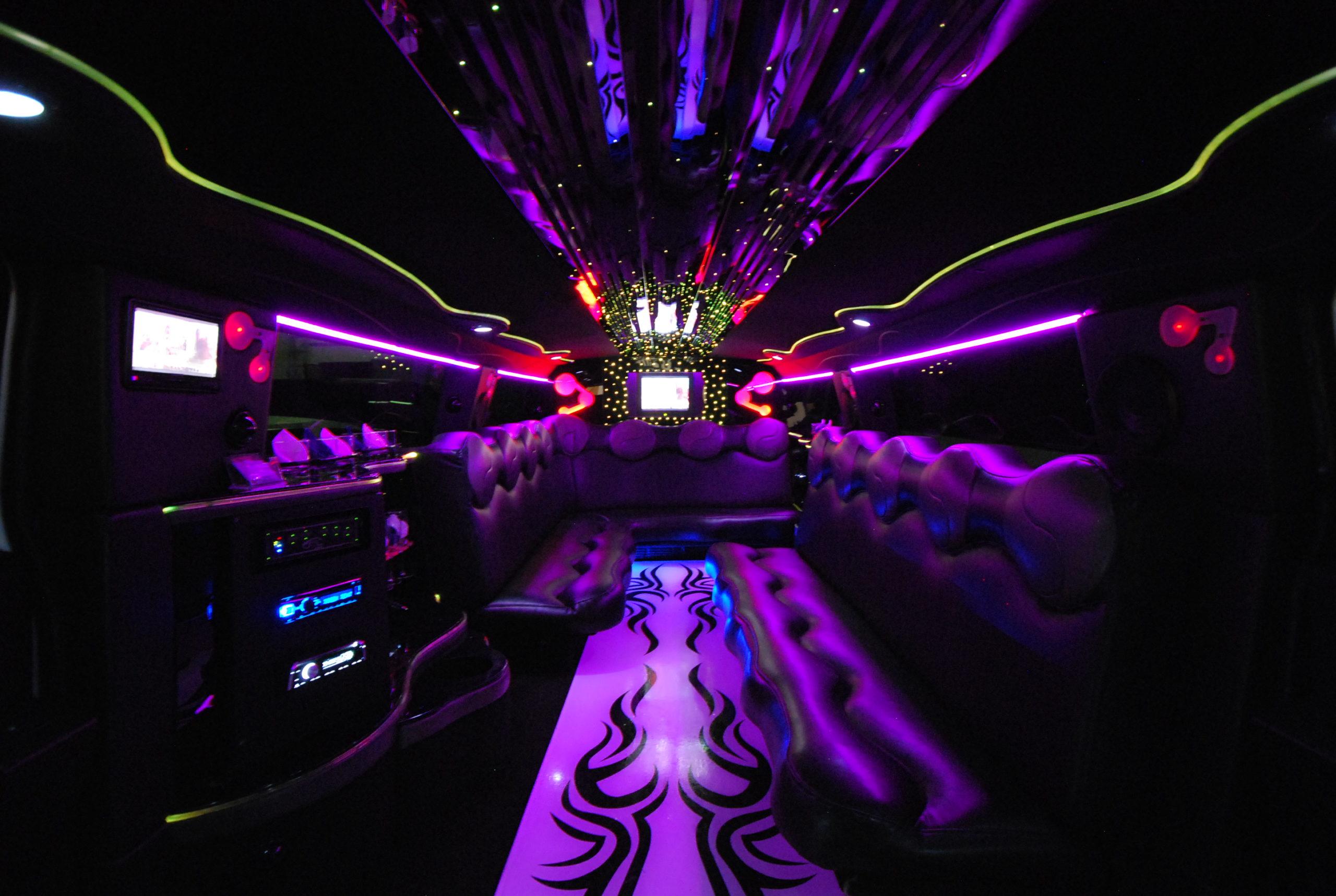 interno limousine Hummer H2 con riflessi di luce viola e gialla