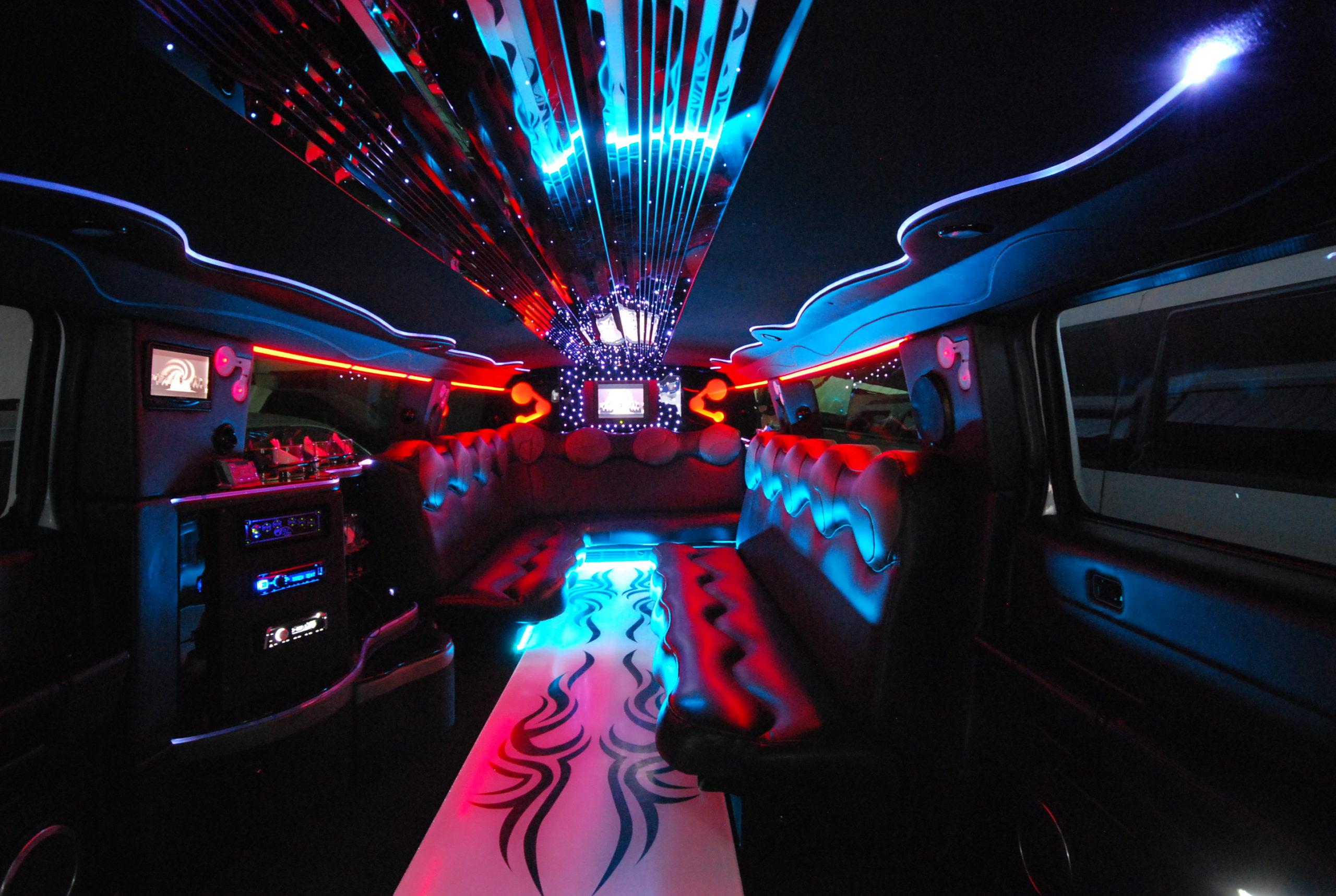 interno limousine Hummer H2 con riflessi di luce azzurra e rossa